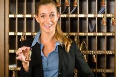 Mottagande av hotellet - kvinnainnehavtangent i hand Royaltyfri Fotografi