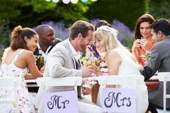 Mottagande för brud- och brudgumEnjoying Meal At bröllop Fotografering för Bildbyråer