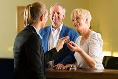 Mottagande - gäster kontrollerar in ett hotell Royaltyfria Foton