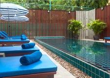 Mottagande och simbassäng av det thailändska hotellet arkivbilder