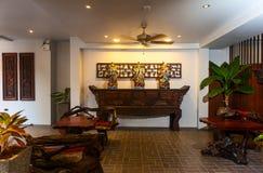 Mottagande och simbassäng av det thailändska hotellet royaltyfria bilder