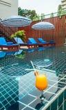 Mottagande och simbassäng av det thailändska hotellet arkivfoto