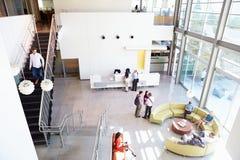Mottagandeområde av modern kontorsbyggnad med folk Arkivbild