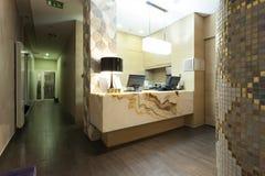Mottagandeområde med marmormottagandeskrivbordet Arkivbilder