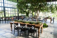 Mottaganderum med dekorerade tabeller för brölloppartiet Royaltyfri Foto