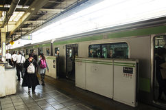 Mottar det snabba järnväg stoppet för JREN som överför och, passagerare folk på I Royaltyfria Foton