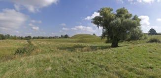Motte en het kasteel van vestingmuur royalty-vrije stock afbeeldingen