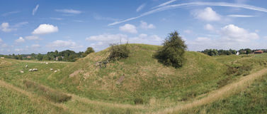 Motte en het kasteel van vestingmuur stock afbeelding
