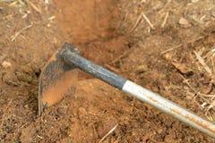 Motyka lub głębienia narzędzie, błocimy przygotowanego jarzynowego łóżko dla rosnąć Zdjęcie Royalty Free