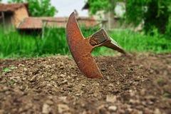 Motyka w ogródzie obrazy royalty free