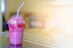 Motyli groch z cytryną i jogurtu smoothie na zamazanym tle i stole Obrazy Royalty Free