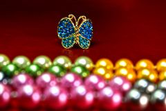 Motyli pierścionki i Naturalnej perły kolia, słodkowodny drogi jako biżuteria dla dam i obrazy royalty free