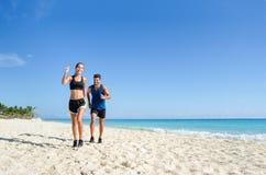 Motywacja Biegacz para przy plażą fotografia royalty free