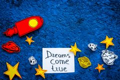 Motywacyjny plakat Sen przychodzą prawdziwego ręki literowanie przy błękitnym kosmosu tłem z rakiety i gwiazd odgórnego widoku ko zdjęcie royalty free