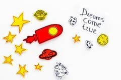 Motywacyjny plakat Sen przychodzą prawdziwego ręki literowanie przy białym kosmosu tłem z rakiety i gwiazd odgórnego widoku kopią zdjęcie stock