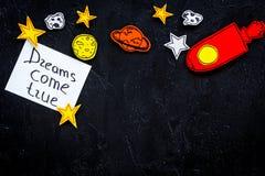 Motywacyjny plakat Sen przychodzą prawdziwego ręki literowanie przy czarnym kosmosu tłem z rakiety i gwiazd odgórnego widoku kopi zdjęcia royalty free