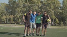 Motywowani piłkarze idący po boisku zbiory