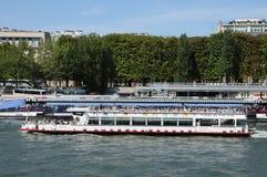在塞纳河的平底船Mouche在巴黎 库存图片