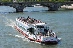 在塞纳河的平底船Mouche在巴黎 库存照片
