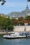 在塞纳河的平底船Mouche在巴黎 免版税图库摄影