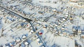 Mouche aérienne au-dessus de miniature neigeuse de décalage d'inclinaison de village clips vidéos