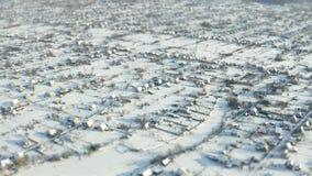 Mouche au-dessus de décalage d'inclinaison de levé aérien de banlieue d'hiver banque de vidéos