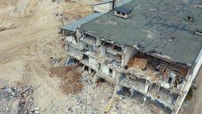 Mouche au-dessus de maison ruinée après démolition de construction Tirs de bourdon après le tremblement de terre Longueur a?rienn banque de vidéos