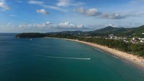 Mouche au-dessus de plage de luxe en Thaïlande Photos stock