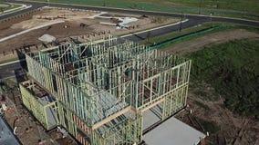 Mouche au-dessus de structure de bois australienne de chantier de construction banque de vidéos