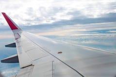 Mouche d'aile d'avion sur le ciel bleu   Affaires de voyage de voyage   Message publicitaire de transport Photos stock