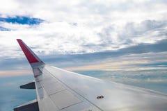 Mouche d'aile d'avion sur le ciel bleu   Affaires de voyage de voyage   Message publicitaire de transport Image stock