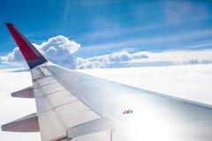 Mouche d'aile d'avion sur le ciel bleu   Affaires de voyage de voyage   Message publicitaire de transport Images stock