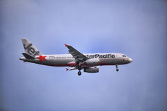 Mouche d'avion de ligne aérienne de Jetstar sur le ciel Images stock