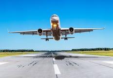 Mouche d'avion de passager au-dessus de la piste par temps beau Image libre de droits