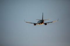 Mouche d'avion de passagers au-dessus de piste de décollage d'aéroport au coucher du soleil Départ plat à l'aéroport Photo stock
