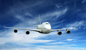 Mouche d'avion sur le ciel bleu Images stock