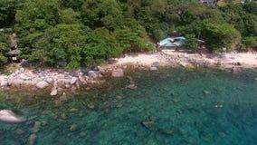 Mouche d'hélicoptère de plage pierreuse avec des personnes Image libre de droits