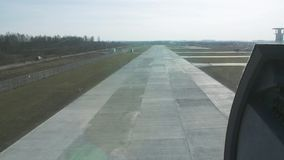 Mouche d'hélicoptère vers le bas au champ de embarquement Appareil-photo à l'intérieur Jour ensoleillé Herbe verte atterrissage banque de vidéos
