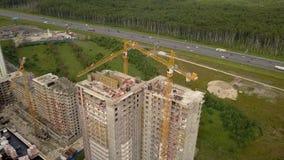 Mouche de bourdon au-dessus de nouveaux constructeurs et technicals de construction modernes de travaux de construction banque de vidéos