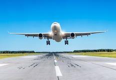 Mouche de gros avion de passager au-dessus de la piste par temps beau Photographie stock libre de droits