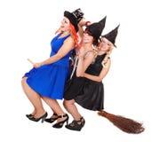 Mouche de sorcière de jeune femme sur le balai. Image stock