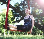 Mouche-yoga de pratique de belle fille à l'arbre Yoga avancé photographie stock libre de droits