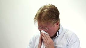 Mouchoir de nez de soufflement d'homme banque de vidéos