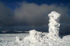 Moud deckte durch Schnee ab stockbilder