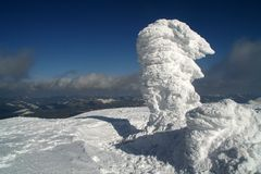 Moud deckte durch Schnee auf dem Gipfel ab Stockfotografie