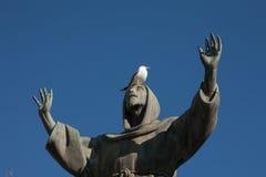 Mouette sur la statue du St Francis dans Piazza San Giovanni, Rome, Italie Image libre de droits