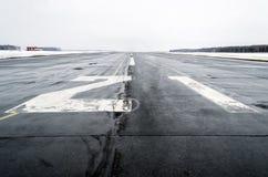 Mouillez à l'aéroport par temps nuageux en hiver Image stock