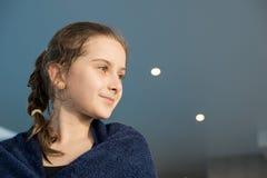 Mouillez la fille ambitieuse rêvant de nouveaux accomplissements dans la natation images libres de droits
