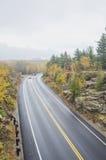 Mouillez la route incurvée en parc national d'Acadia Photo libre de droits