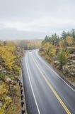 Mouillez la route incurvée en parc national d'Acadia Image libre de droits